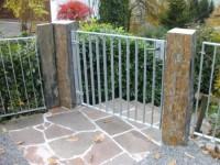 Einfriedung - Begrenzung - Zaun - Säulen aus portugiesischem Schiefer mit feuerverzinkten Zaunelementen